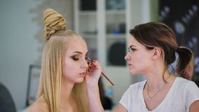 Stående av attraktiva nya blondiner Det är den bästa modellen, gjorde hon en spektakulär makeup för en fotofors, eller lager videofilmer