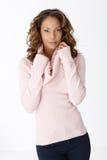 Stående av attraktivt kvinnligt i pullover Royaltyfri Fotografi