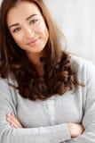 Stående av attraktivt ungt le för kvinna Arkivbilder