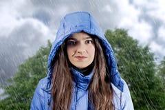 Stående av bärande aincoat för härlig ung flicka med huven i a Fotografering för Bildbyråer