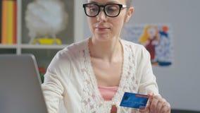 Stående av bärande exponeringsglas för caucasian kvinna