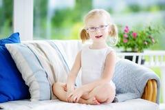 Stående av bärande exponeringsglas för härlig liten flicka hemma Royaltyfri Bild