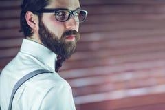 Stående av bärande glasögon för allvarlig man Royaltyfri Fotografi