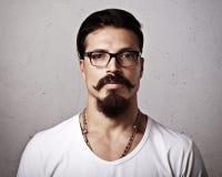 Stående av bärande glasögon för en skäggig man Arkivfoto