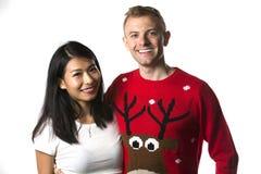 Stående av bärande julförkläden för lyckliga multietniska par i studio arkivbild