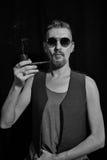Stående av bärande solglasögon för en man arkivbild