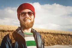 Stående av bärande solglasögon för en ung hipsterman och en hatt Le bärande solglasögon för en skäggig man Lycklig man med a fotografering för bildbyråer