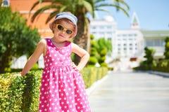 Stående av bärande solglasögon för ett lyckligt barn utomhus i sommardag Amara Dolce Vita Luxury Hotel semesterort Tekirova Arkivbilder