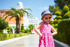 Stående av bärande solglasögon för ett lyckligt barn utomhus i sommardag Amara Dolce Vita Luxury Hotel semesterort Tekirova Arkivfoton