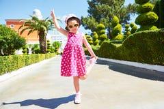 Stående av bärande solglasögon för ett lyckligt barn utomhus i sommardag Amara Dolce Vita Luxury Hotel semesterort Tekirova Royaltyfri Bild