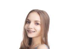 Stående av bärande tandkonsoler för ung Caucasian flicka Royaltyfri Fotografi