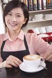 Stående av baristaen i coffee shop Fotografering för Bildbyråer