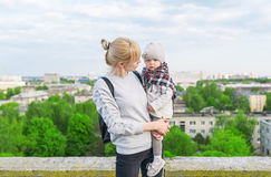 Stående av barn moder och dotterhandelsresande som står på stadstaket Royaltyfri Fotografi