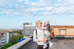 Stående av barn moder och dotterhandelsresande som står på stadstaket Arkivfoton