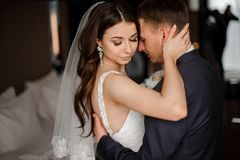 Stående av barn och härligt gift par fotografering för bildbyråer