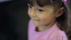Stående av barn på det kvinnliga barnet för lagret som gör ansiktsuttryck, ler lager videofilmer