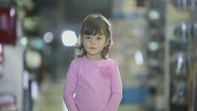 Stående av barn på det kvinnliga barnet för lagret som gör ansiktsuttryck, ler arkivfilmer