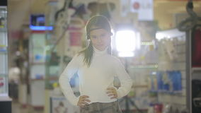 Stående av barn på shoppar, det kvinnliga barnet som gör ansiktsuttryck och att le lager videofilmer
