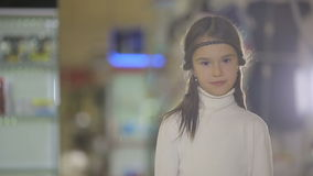 Stående av barn på shoppar, det kvinnliga barnet som gör ansiktsuttryck och att le stock video