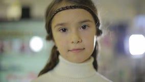 Stående av barn på shoppar, det kvinnliga barnet som gör ansiktsuttryck och att le arkivfilmer