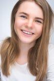 Stående av barn som ler den lyckliga tonåringflickan arkivbilder