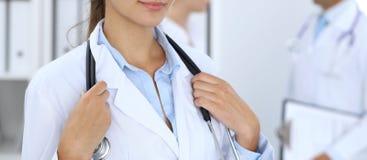 Stående av barndoktorskvinnan i sjukhus Latinamerikan eller latin - amerikansk personal i medicin arkivfoton