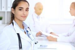 Stående av barndoktorskvinnan i sjukhus Latinamerikan eller latin - amerikansk personal i medicin arkivbild