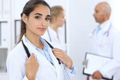 Stående av barndoktorskvinnan i sjukhus Latinamerikan eller latin - amerikansk personal i medicin royaltyfri fotografi