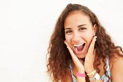 Stående av benägenheten för tonårs- flicka mot väggdanandeframsida royaltyfri foto