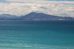 Stående av bergjaizkibel ovanför Atlantic Ocean i scenisk seascape, bidart, Frankrike arkivbilder