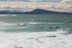 Stående av bergjaizkibel ovanför Atlantic Ocean i scenisk seascape, bidart, Frankrike Fotografering för Bildbyråer