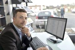 Stående av bilåterförsäljaren på kontoret Arkivfoton