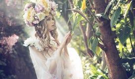 Stående av blondinen i den färgrika djungeln arkivbilder