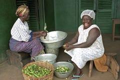 Stående av bristningen av den ghananska kocken för skratt Arkivfoton