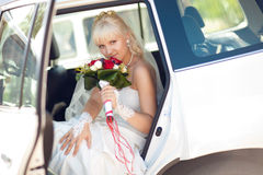Stående av bruden i bil royaltyfria bilder