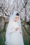 Stående av bruden i blommande trädgård Royaltyfri Foto