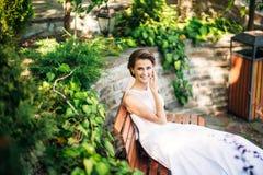 Stående av bruden i parkera bröllop för klänningfragmentbeställning solig dag Royaltyfri Fotografi