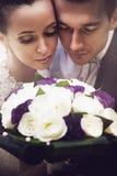 Stående av bruden och brudgummen med buketten Royaltyfria Bilder