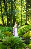 Stående av bruden som rymmer hennes bröllopblommor Royaltyfri Foto