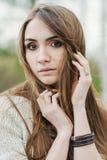 Stående av brunettflickan med härliga ögon royaltyfria foton