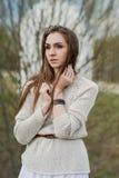 Stående av brunettflickan med härliga ögon royaltyfri fotografi