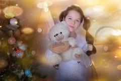 Stående av brunettflickan med nallebjörnen i hand fotografering för bildbyråer