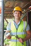 Stående av byggmästaren Putting Up Scaffolding Fotografering för Bildbyråer