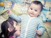 Stående av caucasian barn som hemma spelar Royaltyfri Fotografi