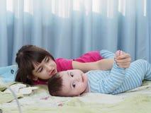 Stående av caucasian barn som hemma spelar Arkivfoto