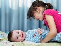 Stående av caucasian barn som hemma spelar Royaltyfri Foto