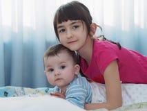 Stående av caucasian barn som hemma spelar Royaltyfria Foton