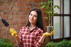 Stående av charmigt ungt kvinnligt arbeta i trädgården arkivbild
