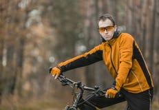 Stående av cyklisten i skog Fotografering för Bildbyråer
