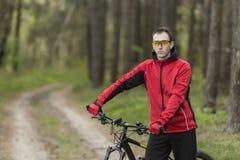 Stående av cyklisten i skog Royaltyfri Fotografi